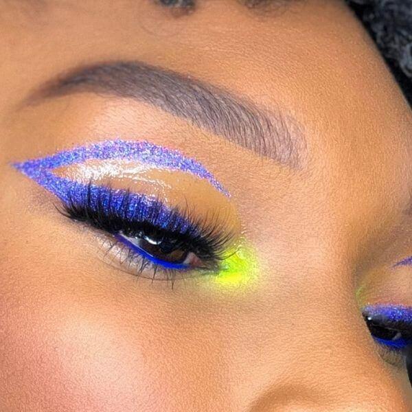 eye liner bleu pop et pointe jaune flashy sur peau noire